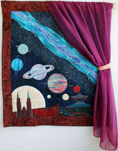 Ein Quilt mit plastischer Stickerei, der in Form eines Fensters mit Vorhang die Grenzen unserer Wahrnehmung der Welt und des Weltalls darstellt. Die Perlenstickerei ist eine originalgetreue Darstellung der Milchstraße mit Berücksichtung der Spektralklassen und Magnituden der einzelnen Sterne.